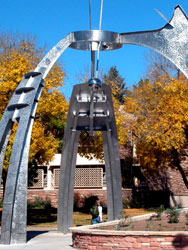 Photo of the large Netwon sculpture
